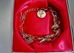 Bracelet  Jacqueline RIU En Métal Couleur Argent Avec Charms Dans Son écrin - Armbanden