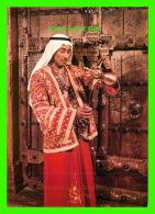 KOWEIT - SERVING ARABIC COFFE IN A TRADITIONAL COSTUME,  KUWAIT - - Koweït