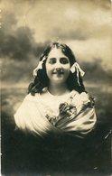 PRITTY YOUNG GIRL JOVENCITA NIÑA WHITE DRESS WITH FLOWERS VESTIDO BLANCO FLORES POSTAL CIRCA 1990 - LILHU - Postkaarten