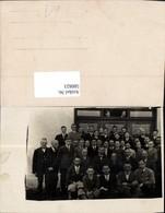 580823,Gruppenbild Männer V. Gebäude - Ansichtskarten