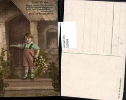 580904,Künstler Ak Bub Junge Latzhose V. Tür Stehend Spruch Liebe Grüße - Kinder