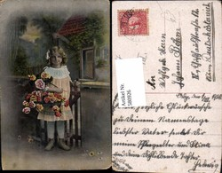 580926,Kind Mädchen Haarschleife Rosen Blumen B. Gartentor Stehend - Kinder