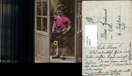 580927,Kind Mädchen Blumenstrauß Blumen I. Tür Stehend Namenstag - Kinder