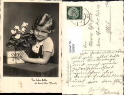 580930,Foto Ak Mädchen Lockenkopf M. Geschenk Blumen Alpenveilchen Muttertag - Kinder