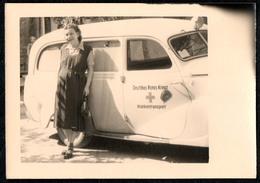 B7690 - Foto - Rotes Kreuz Auto Sankra - Hübsche Junge Frau Krankenschwester - Pretty Young Women - Fotografie