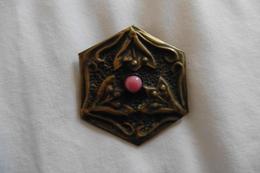 Broche Ancienne Art Nouveau Arts And Crafts 1890-1900 En Metal Martele Decor Fleurs Et Feuilles Cabochon Rose - Brooches
