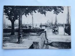 C.P.A. 85 ILE D'YEU : La Place Lapilaye Et Le Port, Timbre En 1905 - Ile D'Yeu