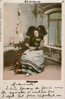 ALSACIENNE FILANT AU ROUET - Précurseur Circulée 1900 - Europe