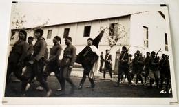 Antigua Foto - Postal / Soldados Del Ejercito Desfilando En Marruecos, África / Años 20 / Original - Regimientos