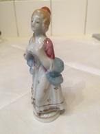 Petite Statuette En Ceramique Style Marquise - Cerámica Y Alfarerías