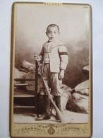 Photographie Ancienne CDV -  Enfant En Deuil Au Fusil - Brassard Noir - Fusil - Photo Malbret  Carcassonne - TTBE - Photographs