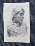 N° 133 Cpa Photo  ALGERIE Ravissante  Femme Kadoudja Parée De Bijoux - Algeria