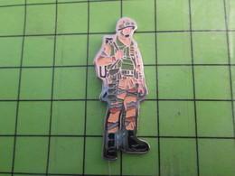 """713F Pin's Pins / Beau Et Rare : Thème MILITARIA / PIOUPIOU FRANCAIS BIEN CAMOUFLE """"DESERT"""" Avec Ses Rangeos Noires - Militaria"""