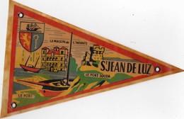 FANION.PLASTIFIE St JEAN DE LUZ  Le Fort De Socoa.Le Port.la Maison De L'in Recto Verso  Année 1960  Format 21cmX13cm - Obj. 'Souvenir De'