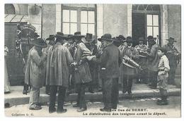 LES GAS DU BERRY - La Distribution Des Insignes Avant Le Départ - Centre-Val De Loire