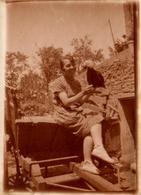 Tirage Photo Albuminé Original Germaine En Août 1936 à Montrozier (12630) Pour Le Dressage De La Basse-Cour En Aveyron - Pin-up