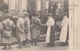 62 - CALAIS - FEMMES DE PAYSANS DONNANT DU CAFE A DES SOLDATS - Calais