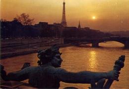 Paris - Le Pont Alexandre III Le Seine Et Le Tor Eifel - Formato Grande Viaggiata Mancante Di Affrancatura – E 7 - Cartoline