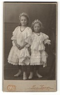 Fotografie Max Jung, Lichtenstein I/S, Portrait Zwei Kleine Schwestern In Feierlicher Kleidung - Anonieme Personen