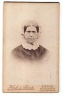 Fotografie Hark & Boeck, Stettin, Portrait Frau Mit Traditioneller Kopfbedeckung - Anonyme Personen