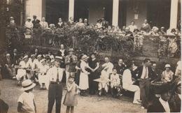 18/10/70  - CARTE  PHOTO  À  SITUER (GÉNÉALOGIE )  GROUPE DE GENS À TABLE - Généalogie