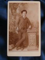 Photo CDV De Bugnon  Durussel à Lausanne  Homme En Pied  Jambes Croisées  (crayon Dans La Main Droite ?)  - CA 1890 - L3 - Anciennes (Av. 1900)