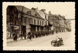 INEDIT - SAINT QUENTIN - UNE COLONNE DE SOLDATS FRANÇAIS PRISONNIERS DESCEND LA RUE D ISLE VERS LE 18 MAI 1940 - Saint Quentin