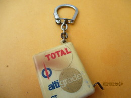 Porte-clé Publicitaire/Lubrifiant/TOTAL Altigrade GT/ Avec Ruban  Centimétre/  Plastique/Vers 1960-1970  POC380 - Key-rings