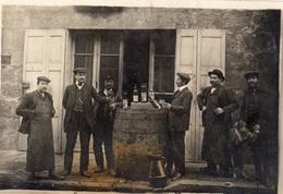 MONISTROL-SUR-LOIRE PERSONNES QUI BOIVENT UN COUP (CARTE PHOTO ) RARE - Monistrol Sur Loire