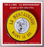 """SUPER PIN'S TIR à L'ARC : Club """"LA MONTAGNARDE"""" De BUGNY LE SEC, Signé KAEVA (Côte D'Or), Diamètre 2,3cm - Archery"""