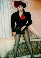 Grande Photo Originale - Scène De Coquineries Sur Scène Au Théâtre, Jolie Brune Aux Longues Jambes En Bas Résilles 80's - Pin-Ups