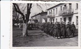 Foto Formation Deutsche Soldaten Mit Wintermänteln Und Gewehren -  2. WK - 8*5,5cm (36754) - Guerre, Militaire