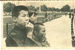 CHINE - Devant Les Hautes Façades De La Chine Moderne Ces Jeunes Chinois Anxieux Attendent  1 - Chine