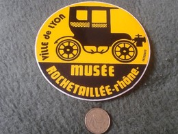 PEGATINA ADHESIVO STICKER VILLE DE LYON FRANCIA FRANCE MUSEE MUSEO ROCHETAILLEE RHONE EUROSERI COCHE CAR CARS AUTO VER - Pegatinas
