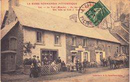 Le Vast. Au Bas De La Route. Une Halte Au Café - Frankreich