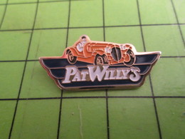 1218b Pin's Pins / Beau Et Rare : Thème AUTOMOBILE / VOITURE JAUNE ANGLAISE PAT WILLY'S - Badges