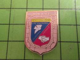 1318a Pin's Pins / Beau Et Rare : Thème VILLES / JUMELAGE FRANCE ROUMANIE CRESSERONS SATUMIC On Aimait Les Roumains Alor - Badges