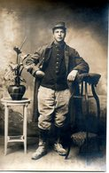 Carte Photo. Soldat Debout. Lettre A Sur Son Col - Guerre 1914-18
