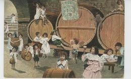 ENFANTS - BÉBÉS - Jolie Carte Fantaisie Bébés Dans Cellier Avec Tonneaux Et Verres De Vin - Bébés