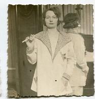 Jeune Femme Fumeuse Clope Cigarette Elegance 30s Veste Fashion Mode Vintage Miroir Crucifix Christ Woman Sexy - Anonyme Personen