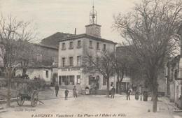 CPA  84  VAUGINES PLACE ET HOTEL DE VILLE  ANIMES   ECOLE GARCONS - France
