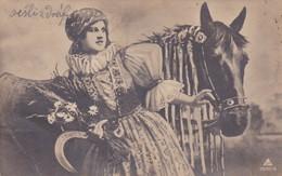 CHEVAL ET FEMME AVEC FLEURES ET FAUCILLE. FOLK DRESSED. LP. CIRCULEE HUNGARY CIRCA 1900's. AVEC BORD DU PLAQUE- BLEUP - Hongarije