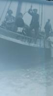 PLAQUE DE VERRE GROUPE DE PERSONNES  SUR UN BATEAU   FORMAT  12 X 9 CM - Glass Slides