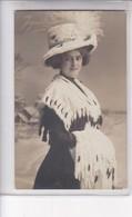JOYEUX NOEL. ELEGANT FEMME. VINTAGE . ETUDE PHOTOGRAPHIQUE CIRCA 1910, POSTCARD- BLEUP - Kerstmis