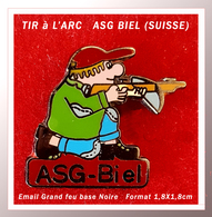 SUPER PIN'S TIR à L'ARC SUISSE : ASG BIEL, En Bel émail Grand Feu Base Noire, Format 1,8X1,8cm Version Cartouche ROUGE - Tir à L'Arc