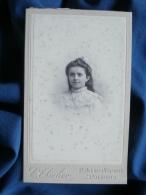 Photo CDV C. Thiolier à Poitiers - Fillette Souriante,  Circa 1895 1900 L399 - Fotos