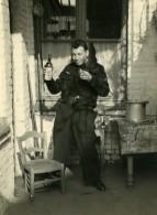 France Lille Homme En Uniform Bouteille Scene De Fantaisie Ancienne Photo 1960 - Anonymous Persons
