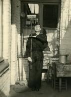 France Lille Homme En Uniform Et Balai Scene De Fantaisie Ancienne Photo 1960 - Anonymous Persons