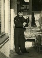 France Lille Homme En Uniform Et Bouteille Scene De Fantaisie Ancienne Photo 1960 - Anonymous Persons
