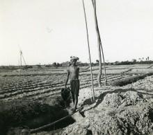Vietnam Vers Saigon Campagne Paysan Au Puits Old Photo 1935 - Places